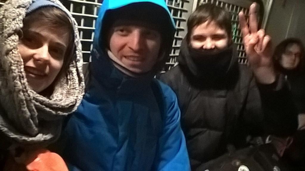 Слева на право. Активистка СА Марта Хромова и активист ЛевСД Никос Манкос в автозаке.